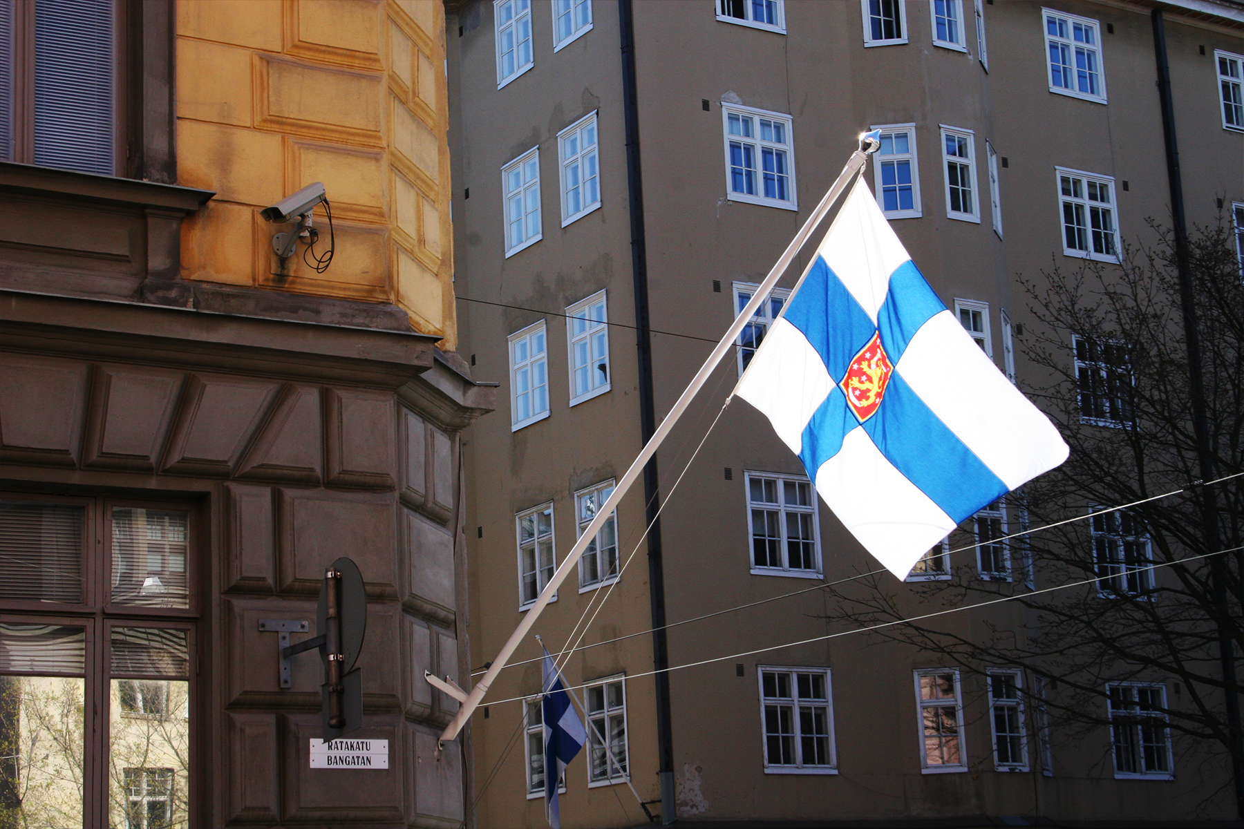 Illustration - Supo´s headquarters in Helsinki with a national Finnish flag.